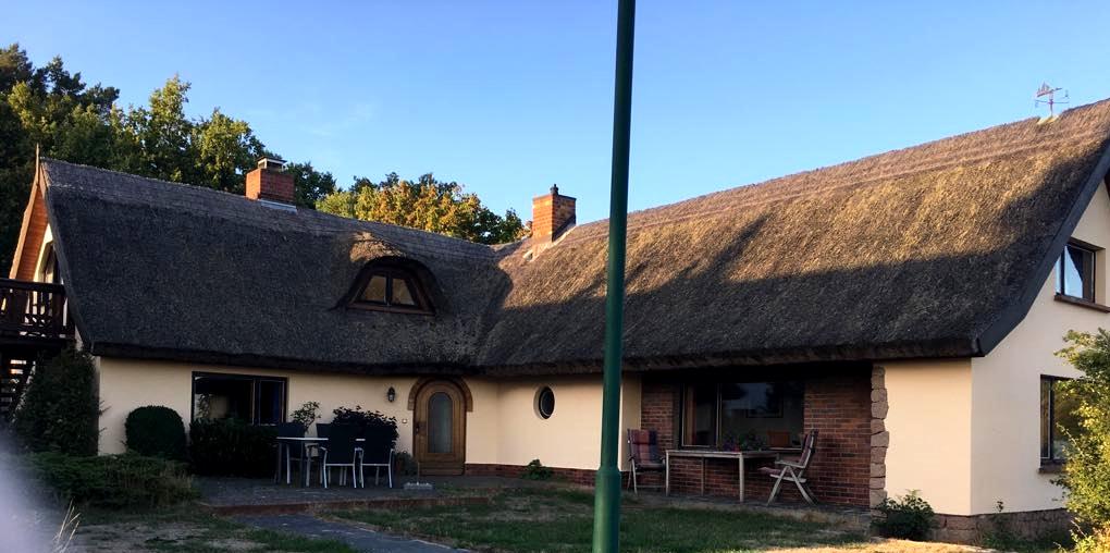 Dom mieszkalny z dachem z trzciny
