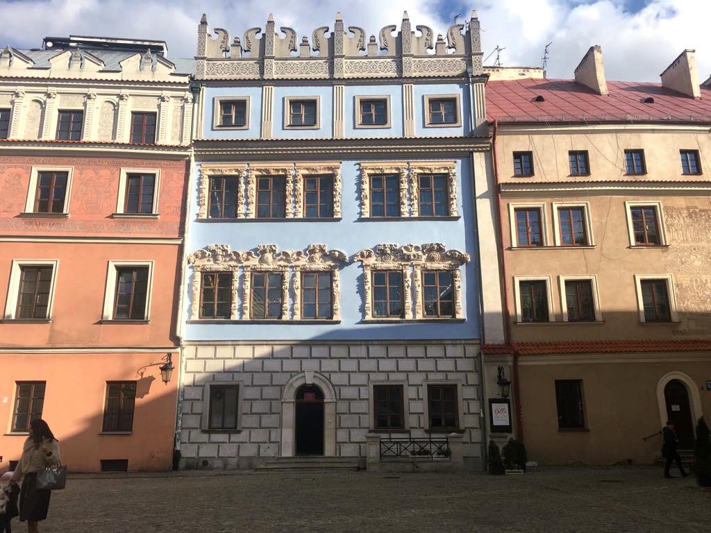 niebieska kamienica na rynku starego miasta w lublinie
