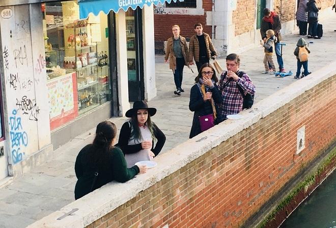 jedzenie na ulicy w Wenecji