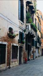 włoska ulica z balkonami
