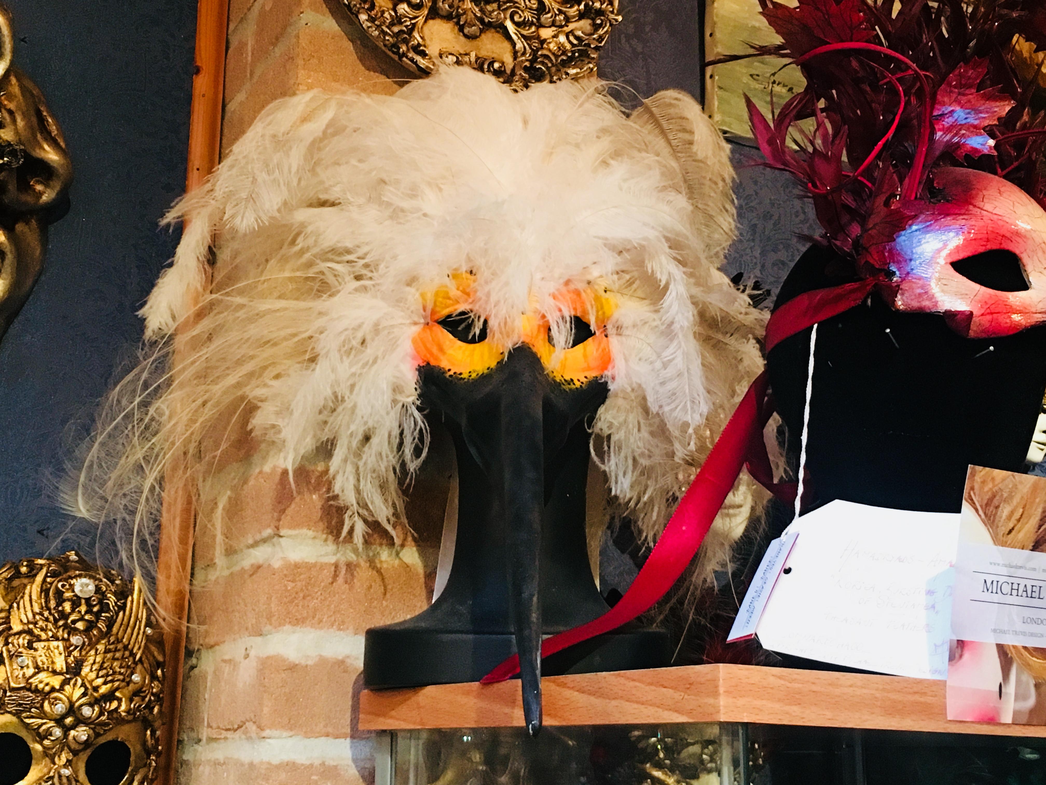 maska wenecka z dlugim nosem i piórami
