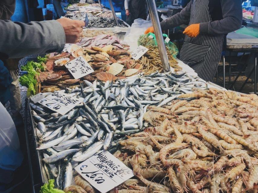 Rynek Rialto Wenecja owoce morza