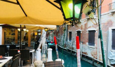 restauracja wenecja nad kanałem urokliwa