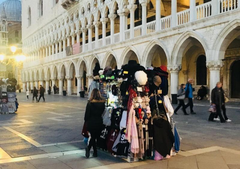 Stoisko z pamiatkami w wenecji na placu swietego marka