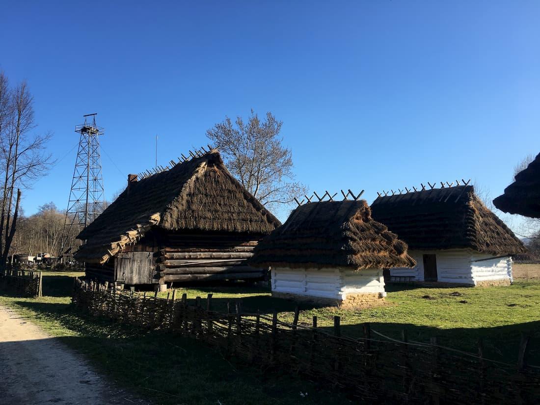Wiejskie chaty bielone wapnem