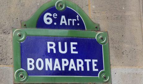 Paryskie szyldy tabliczki z nazwami ulic niebieskie