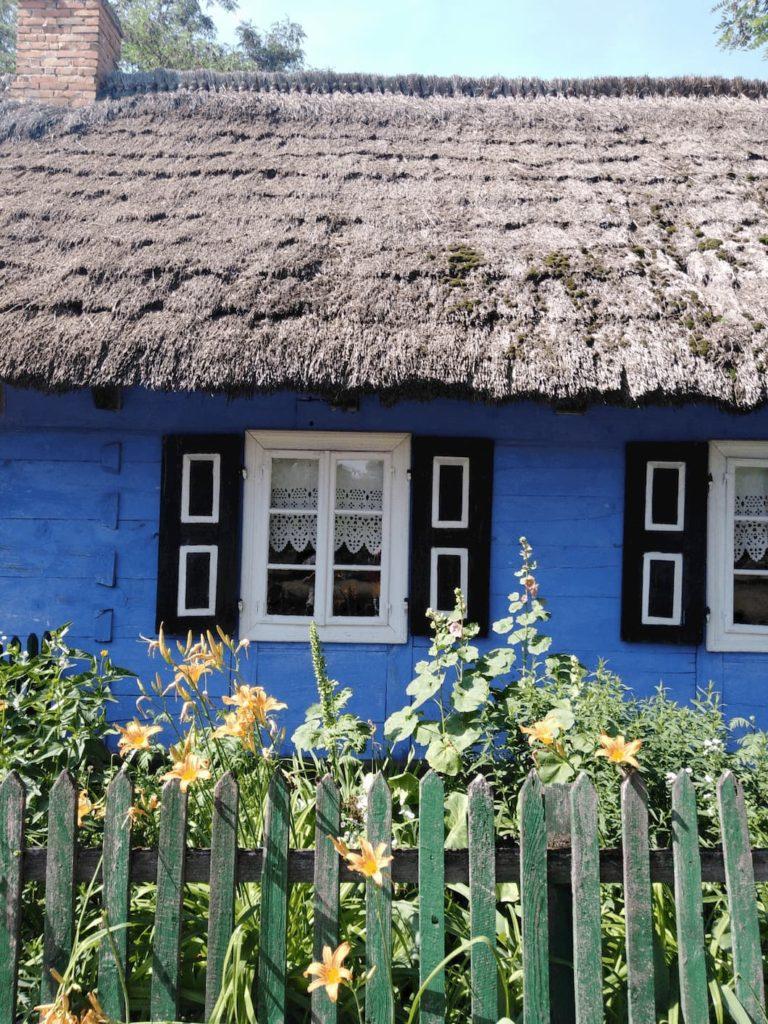 chata łowicka z dachem krytym strzechą niebieska