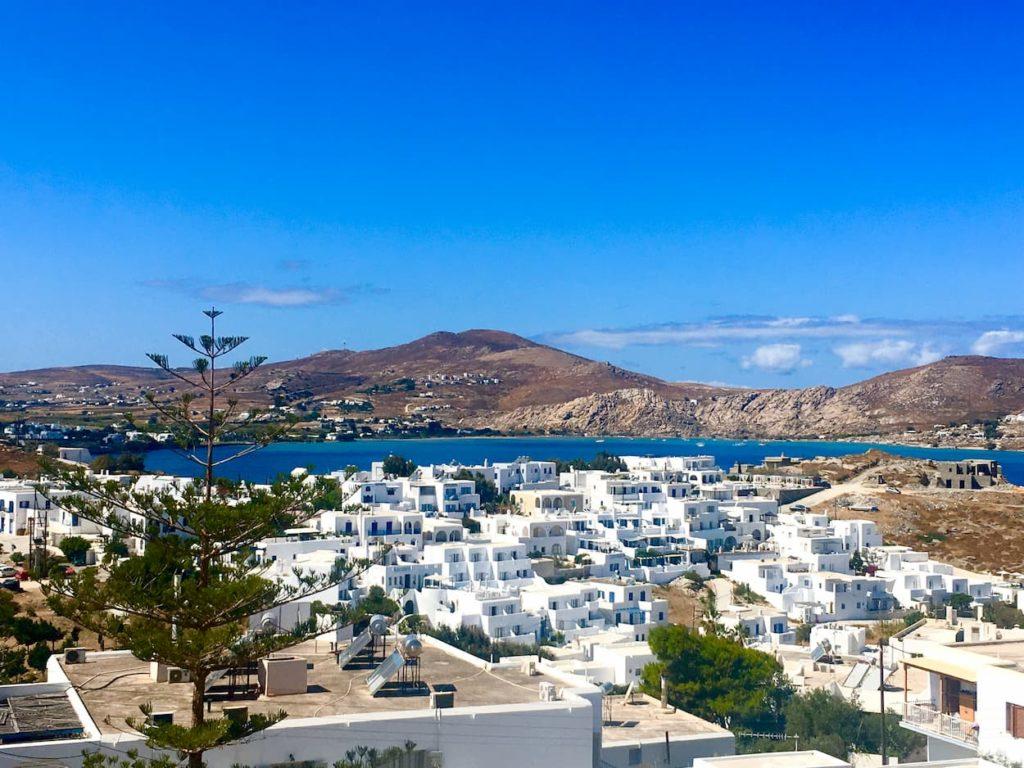 białe domki na wzgórzu w grecji