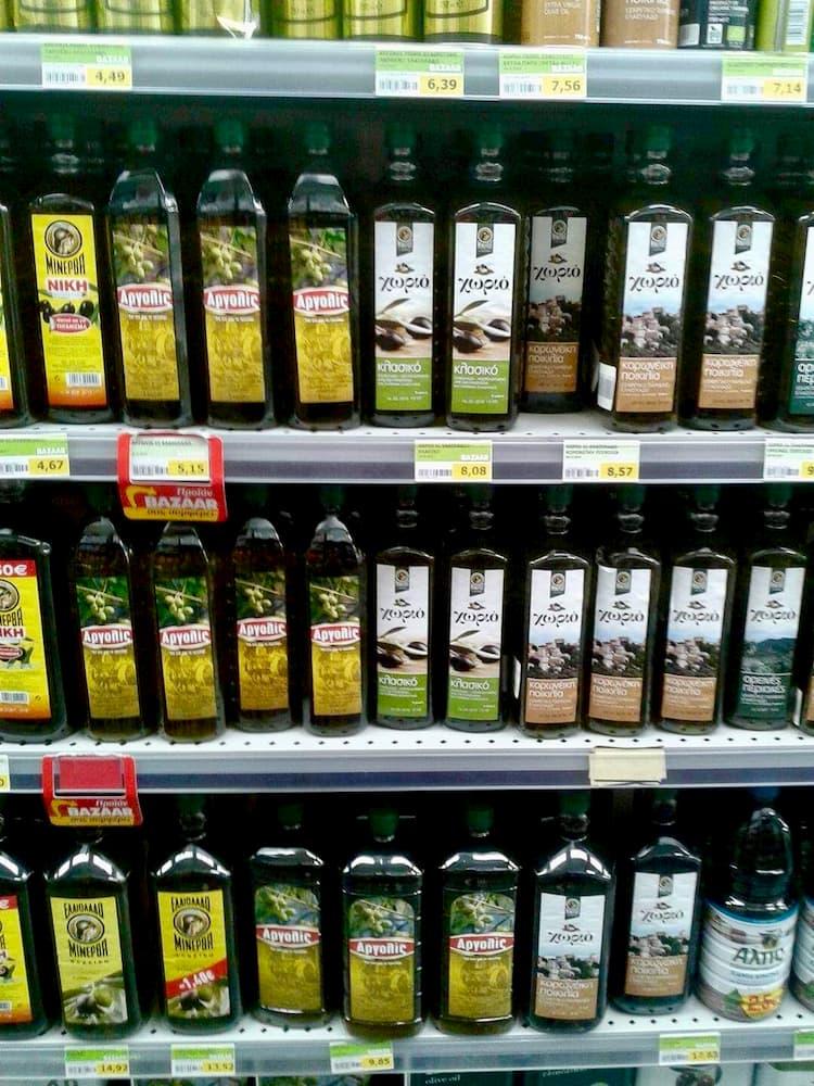 grecka oliwa w sklepie w butelkach