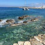 turkusowa woda na plaży na greckiej wyspie skaliste wybrzeże
