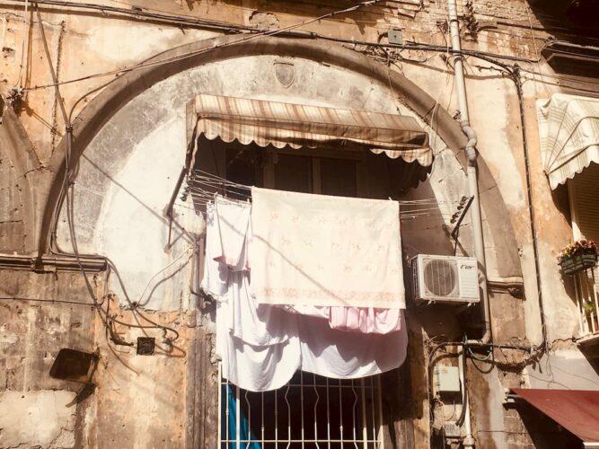 pranie-wywieszone-na-balkonie