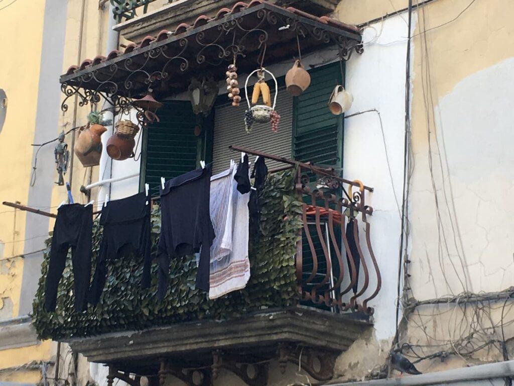 tandetne-ozdoby-balkonu