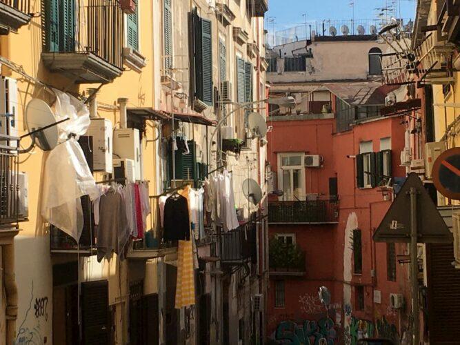 wloska-uliczka-z-praniem-na-balkonach