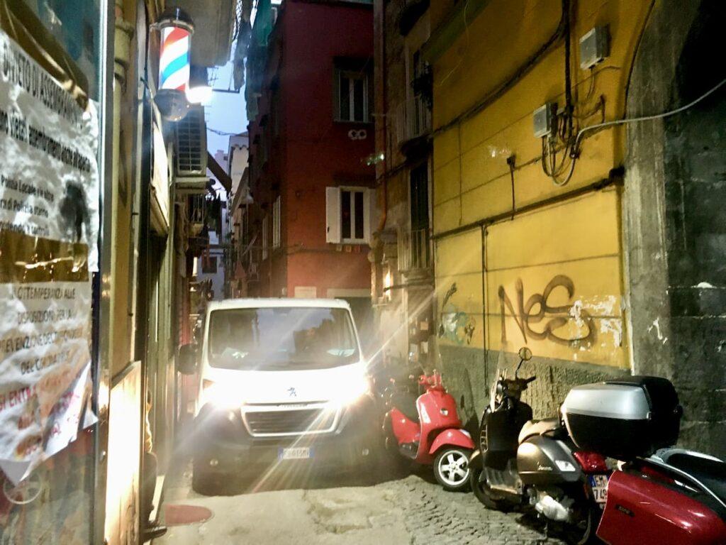 samochod-dostawczy-w-waskiej-ulicy-neapolu-wloska-kultura-jazdy